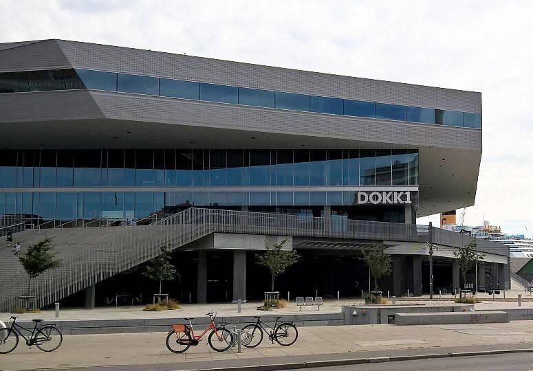 """Außenfassade eines modern geformten Gebäudes mit Aufschrift """"Dokk1"""""""
