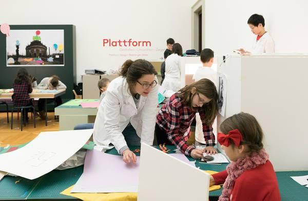 Museumspädagogin bei der Arbeit mit Kindern im Vermittlungslabor