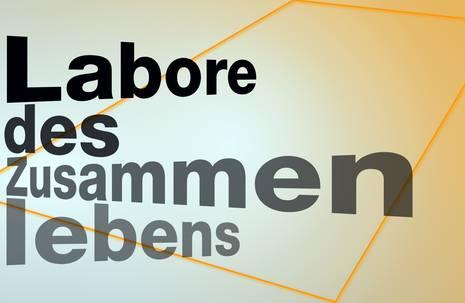 """Schriftzug """"Labore des Zusammenlebens"""" auf orangefarbenem Grund"""