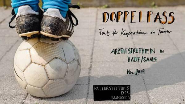 """Zwei Kinderbeine mit Sportschuhen stehen auf einem Fußball, daneben Schriftzug """"Doppelpass"""""""