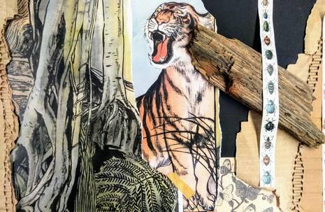 Tuschezeichnung eines Tigers, neben dem ein echtes Stück Holz liegt