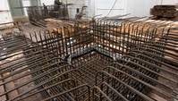 Viele im Quadrat angeordnete kupferfarbene gebogene Stahlseile