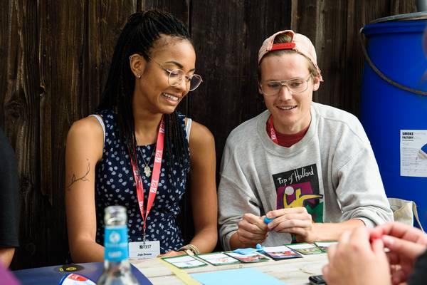 Zwei junge Personen die sich angeregt austauschen und lachen