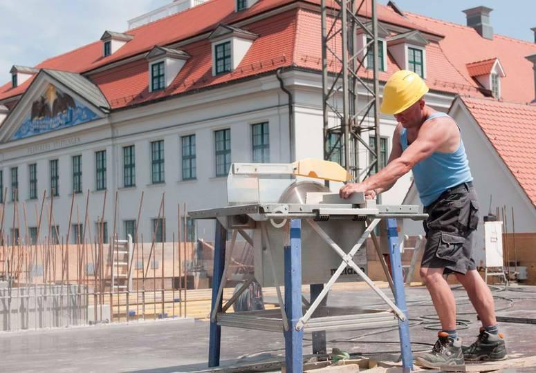 Ein an einer Kreissäge beschäftigter Bauarbeiter