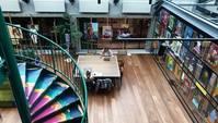 Obergeschoss mit Holzboden, Tisch und Wendeltreppe