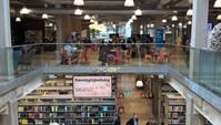 Blick in zwei Stockwerke: unten Bibliothek, oben Café