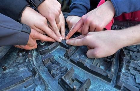 Kinder zeigen auf Stadtmodell Aschersleben