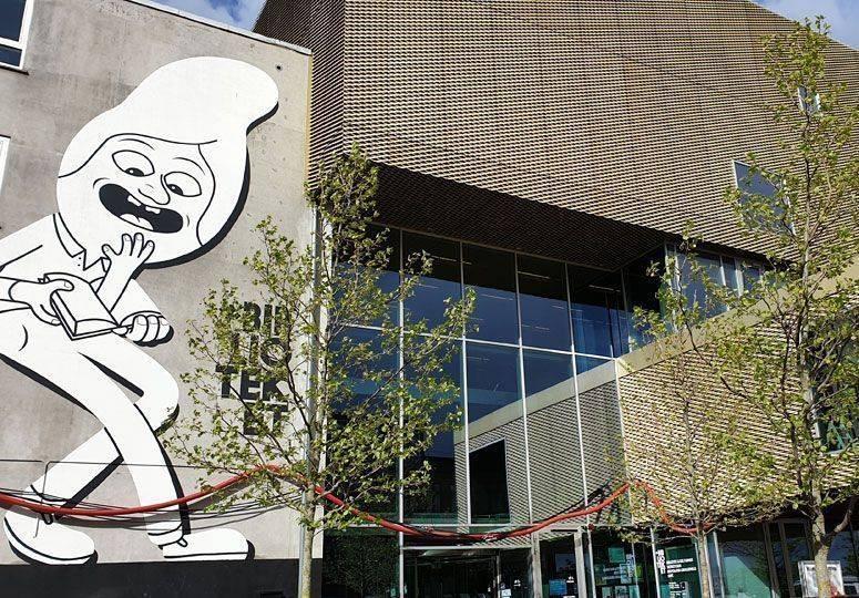 Bibliotheksfassade mit großer Comicfigur