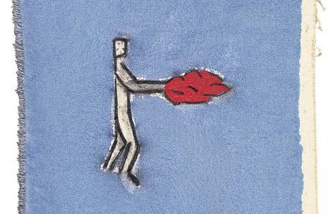 Zeichnung einer weißen Menschenfigur mit Flammen anstelle der Hände auf Stück Jeansstoff