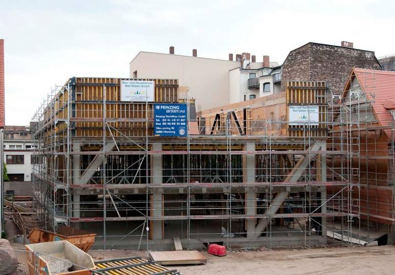 Blick auf sich im Rohbau befindendes Gebäude mit drei Stockwerken