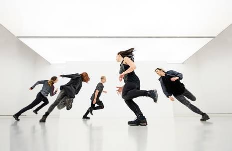 V.l.n.r.: Bojana Mitrović, Milena Wiese, Finn Lakeberg, Amber Pansters, Zachary Chant (Tänzer tanzmainz Staatstheater Mainz). Die Aufnahme entstand in der Kunsthalle Mainz.