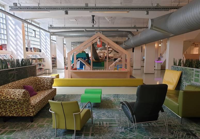 Saal mit Innenspielplatz, Sesseln und Sofas