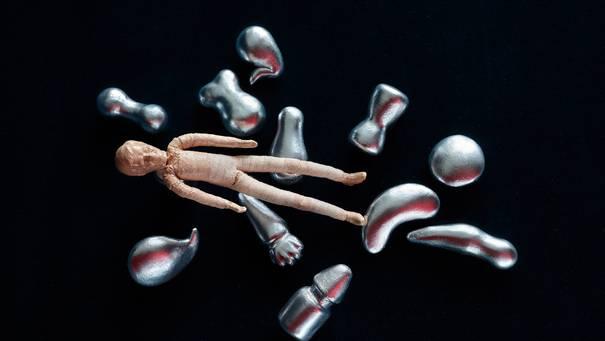 Zusammengesetzter Puppenkörper, der frei im Raum schwebt