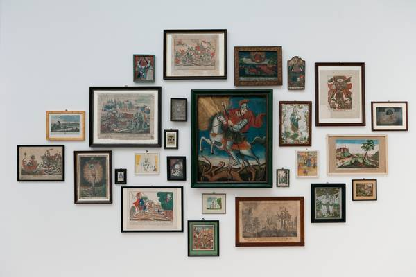 Ausstellungsansicht aus der Volkskunstsammlung von Gabriele Münter und Wassily Kandinsky im Lenbachhaus München