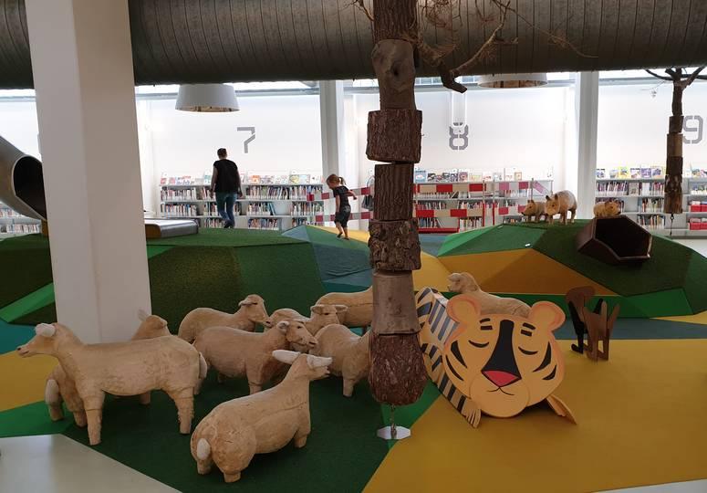 Innenspielplatz mit nachgestellter Grünfläche und Schafen