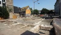 abgesperrte Baustelle mit Mauerfundamenten im Boden