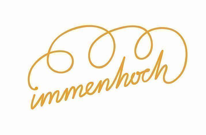 """Logo: gelber geschnörkelter Schriftzug """"immenhoch"""" auf weißem Grund"""