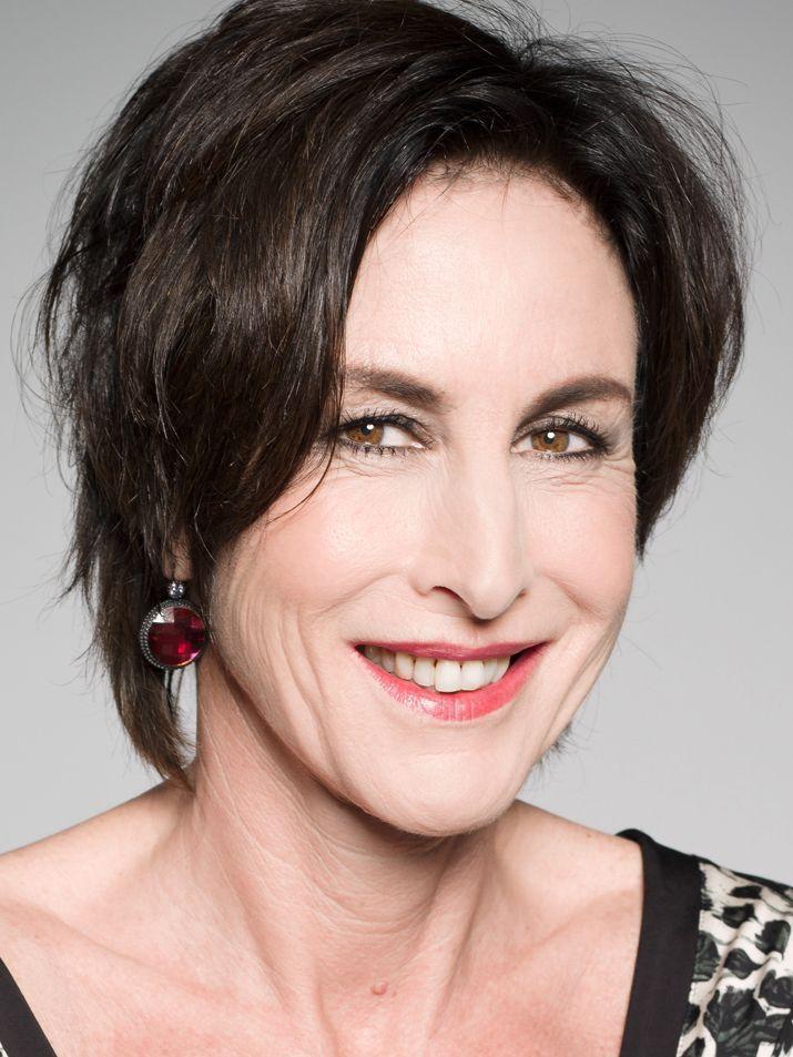 Lächelnde Frau mit kurzen dunklen Haaren