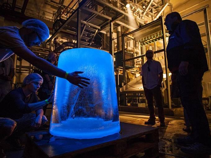 Eisskulptur im Eiswerk Bremerhaven – Besucher beim Klima-Parcours gehen auf Tuchfühlung mit dem kalten Element, Foto: Nikolai Wolff / Fotoetage