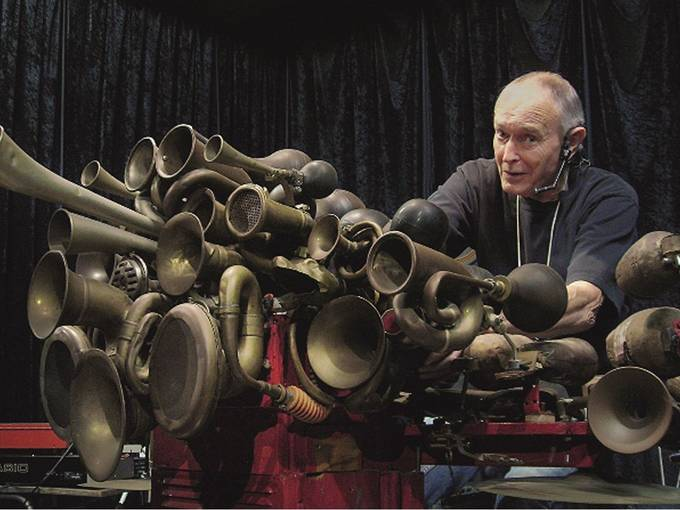 Llyn Foulkes performing on the Machine at the Church of Art, 2008. Foto: Iva Hladis