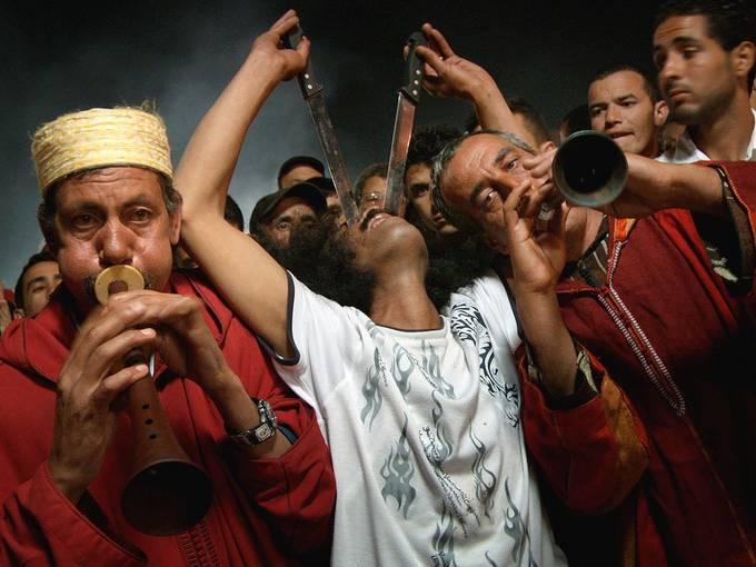 Halqa der Aissawa (Schlangenbeschwörer), in der Mitte: Hassan Belmadani, Platz Djemaa EL Fna, Marrakesch / Marokko, Foto: Thomas Ladenburger