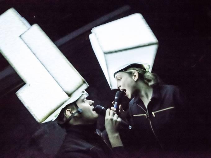 """Theater Oberhausen und geheimagentur: """"Sweat Shop – Das Lecture Musical"""", Konstantin Buchholz, Sina Martens © Axel J. Scherer"""