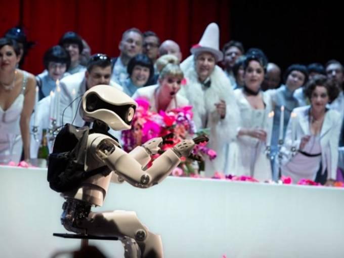 Roboter  Myon und Ensemble © Iko Freese/drama-berlin.de