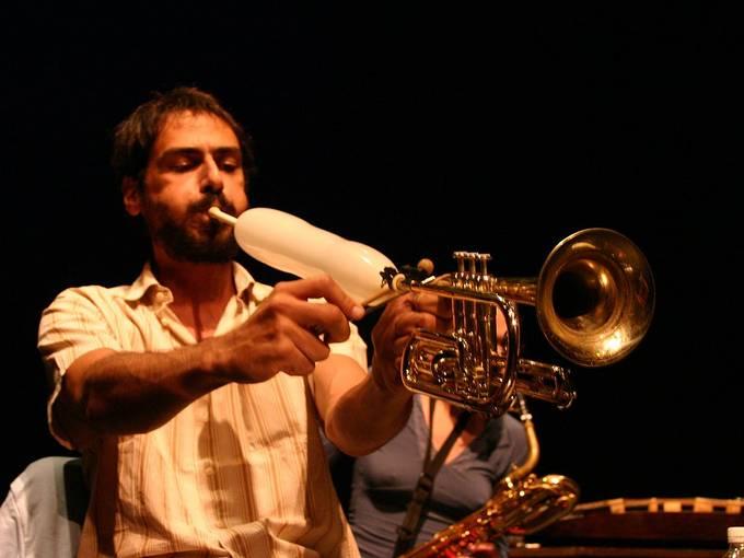 Mazen Kerbaj mit erweiterter Trompete © Stewart Mostofsky