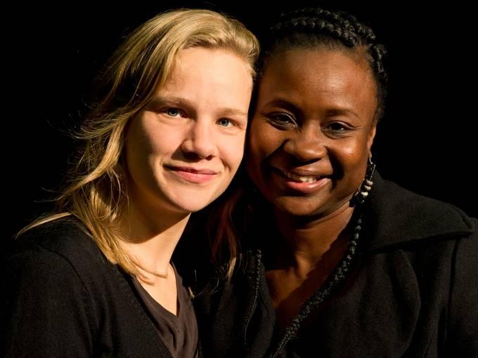 Medea (Europa): Maria Goldmann, Medea (Afrika): Yolanda Dina Fumo (v.l.n.r.) © Philipp Hülsmann / Theater Osnabrück