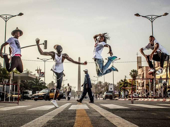 """""""Political Bodies"""" - Tanz- und Musikprojekt mit den besten Bboys & Rappern der Hip-Hop Szene Senegals. Inspiriert von der politischen Bewegung """"Y'en a Marre"""" trifft Breakdance und Rap auf Revolte. Foto: Siaka Soppo Traoré"""