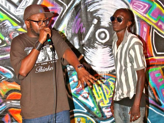 Der Veranstalter einer Spoken Wor:l:ds-Veranstaltung Buddha Balze mit dem kenianischen Rapper Moroko, Foto: Olad Aden