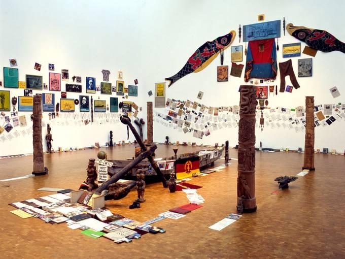 Georges Adéagbo, Der Entdecker und die Entdecker vor der Geschichte der Entdeckungen...!, 2002/2004,  Installationsansicht Museum Ludwig Köln, © VG Bild-Kunst, Bonn 2016, Foto: Werner Maschmann