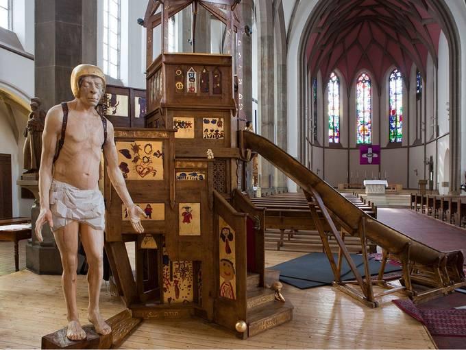 Pawel Althamer, Installation (Kanzel mit Rutsche) in der Kirche St. Elisabeth, Aachen 2010. Foto: Holger Hermannsen