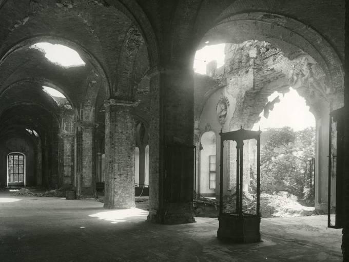 Die verwüstete ehemalige Waffenhalle im oberen Westflügel des Zeughauses, 1945/1949 © Deutsches Historisches Museum, Berlin