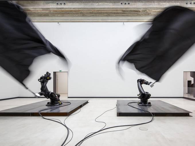 Ausstellungsansicht zu William Forsythe, Black Flags in der Kunsthalle im Lipsiusbau © The Forsythe Company