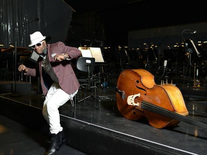 Franck Edmond Yao alias Gadoukou la Star im Orchestergraben des Theater Bremen. Foto: Knut Klaßen