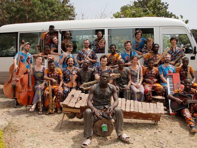 Das Andromeda Mega Express Orchestra & The Lusubilo Band & Musiker aus Nsanje. Lusubilo Music Centre, Karonga, Malawi. Foto: Christoph Rothmeier
