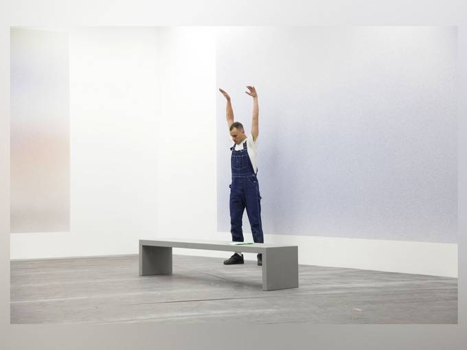 "Adam Linder, ""Some Cleaning"", 2015. Ansicht der Performance im Palais de Tokyo, Paris zur Veranstaltung ""Do Disturb !"", April 2015"