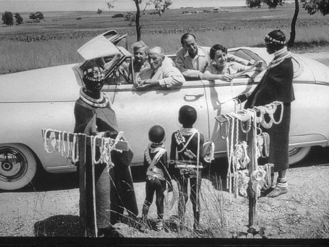 Touristen an einem Schmuckstand im südlichen Afrika. Foto aus dem Bildarchiv der Jesuiten, unbekannter Fotograf, ca. 1930.