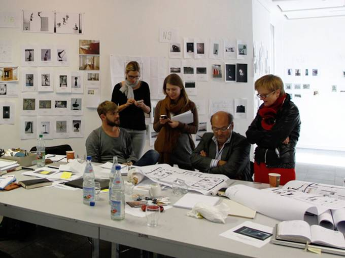 """""""Nur Skulptur!"""" © Kunsthalle Mannheim 2012/ Foto Cem Yücetas: Das Kuratorenteam mit Bogomir Ecker beim Planen in der """"Denkwerkstatt"""""""