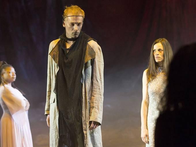 Die Frauen von Troja. Theater & Philharmonie Thüringen. Anne Diemer und Burcu Yilmaz (Helena), Manuel Kressin (Menelaos), Rachelle Ouedraogo. Foto: Stephan Walzl