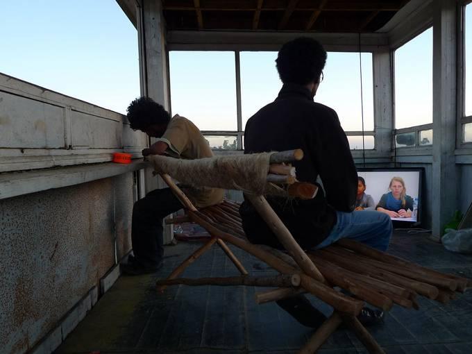 Das Projekt Acting Archives versteht sich als edukative Modellplattform für die Zusammenarbeit von äthiopischen, deutschen und internationalen KünstlerInnen und TheoretikerInnen. Die Fotos zeigen Lehrveranstaltungen und Ausstellungspraxis während des zehnwöchigen Kooperationsprojektes des Instituts für Raumexperimente und der Ale School of Fine Art and Design in Addis Abeba 2012. © Institut für Raumexperimente