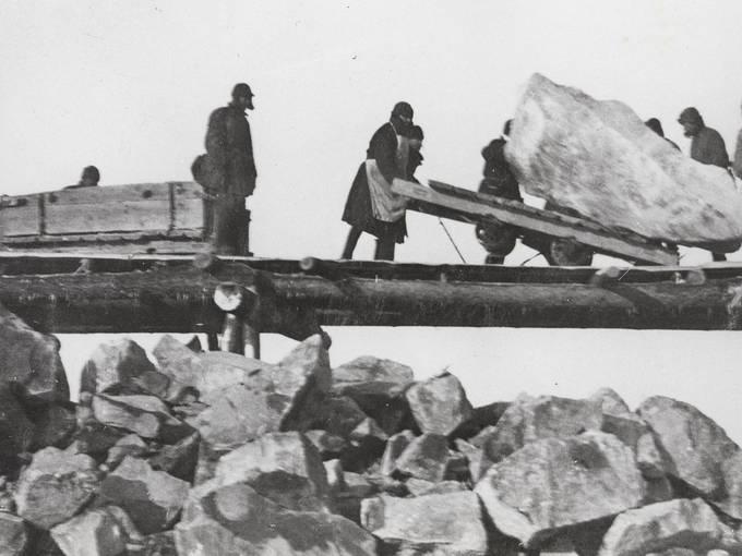 """Abladen großer Steinbrocken am Weißmeer-Ostsee-Kanal, 1932. Quelle: Sammlung """"Memorial"""", Moskau"""
