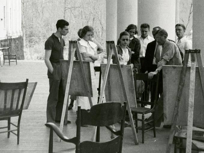 Black Mountain College: Josef Albers Zeichenkurs auf der Veranda der Lee Hall, Blue Ridge Campus Frühling, 1936. © Courtesy of Western Regional Archives, States Archives of North Carolina [Ausschnitt]